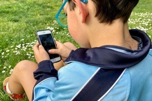 Noticia InfoUMA: El tiempo que los menores pasan frente a la pantalla influye en sus hábitos alimentarios